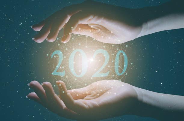 le concept d'introduire l'intelligence artificielle dans la vie moderne de l'humanité. 2020 année de la technologie et de la révolution industrielle - a la mode photos et images de collection