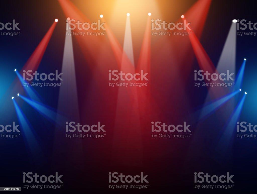 音樂會上與泛光燈舞臺背景 - 免版稅協助別人運動圖庫照片