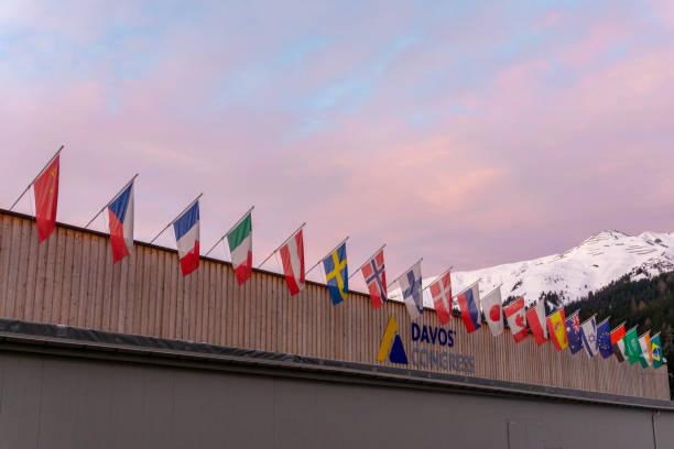 das Kongresszentrum in Davos mit Flaggen der Nationen bei Sonnenaufgang während des WEF Weltwirtschaftsforums – Foto