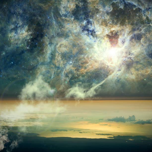 Die Verbindung zwischen Himmel und Erde. Wolken verbinden sich mit einem Nebel im Raum. Elemente dieses Bildes von der NASA zur Verfügung gestellt. – Foto