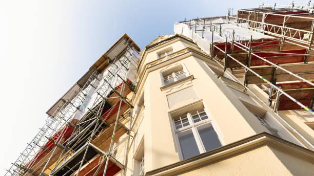 baustelle - renovierung - altbauten stock-fotos und bilder