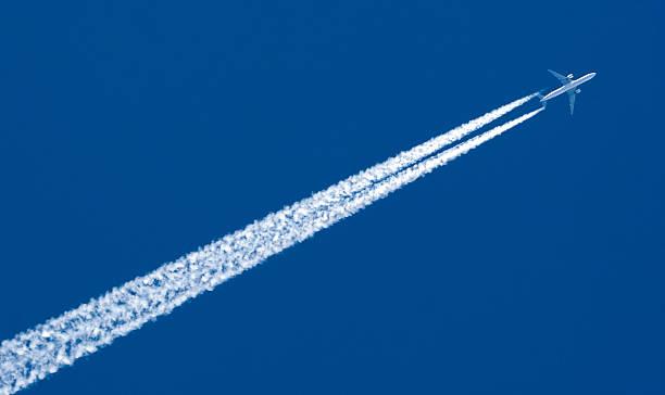 Flugzeug nach Contrail – Foto
