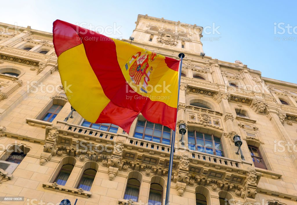 O controverso empurrar para a independência pela Catalunha aumentou a demanda por bandeiras espanholas como muitos edifícios em Madrid agora exibi-los em um show do nacionalismo no país europeu - foto de acervo
