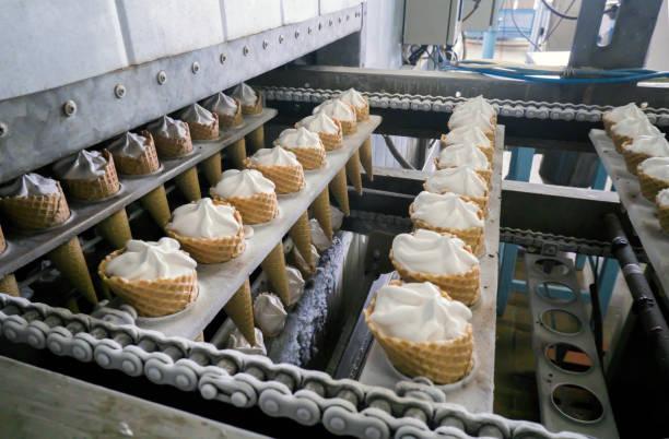 die automatische förderstrecken für die herstellung von speiseeis - nahrungsmittelfabrik stock-fotos und bilder