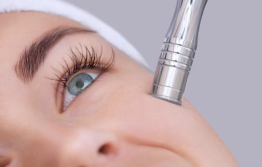 美容師は顔の皮膚のマイクロダーマブレーションの手順になります - 1人のストックフォトや画像を多数ご用意