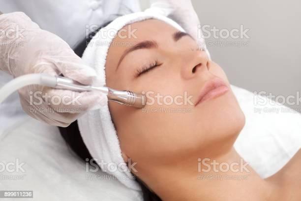 Die Kosmetikerin Macht Das Verfahren Mikrodermabrasion Der Gesichtshaut Eine Schöne Junge Frau In Einem Schönheitssalon Stockfoto und mehr Bilder von Akne