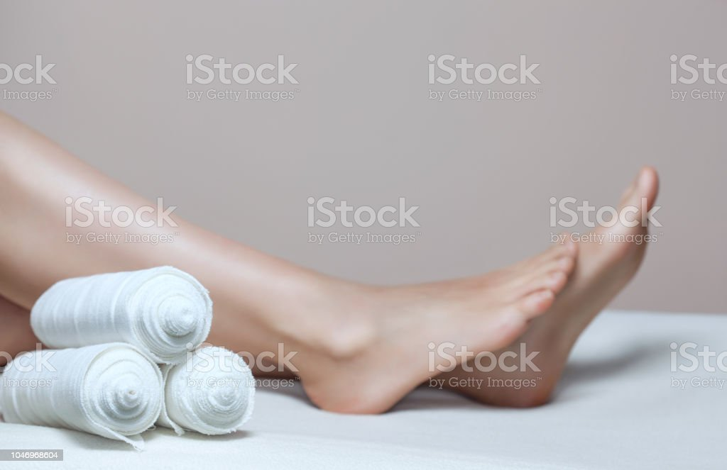 The cosmetologist wraps the leg of the customer. Anti-cellulite procedure - foto stock