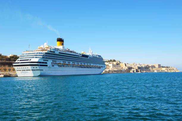 Das Kreuzfahrtschiff Costa Fascinosa mit Touristen ist im Hafen – Foto