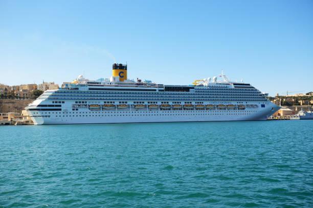 Die Costa Fascinosa Kreuzfahrtschiff mit Touristen ist im Hafen – Foto