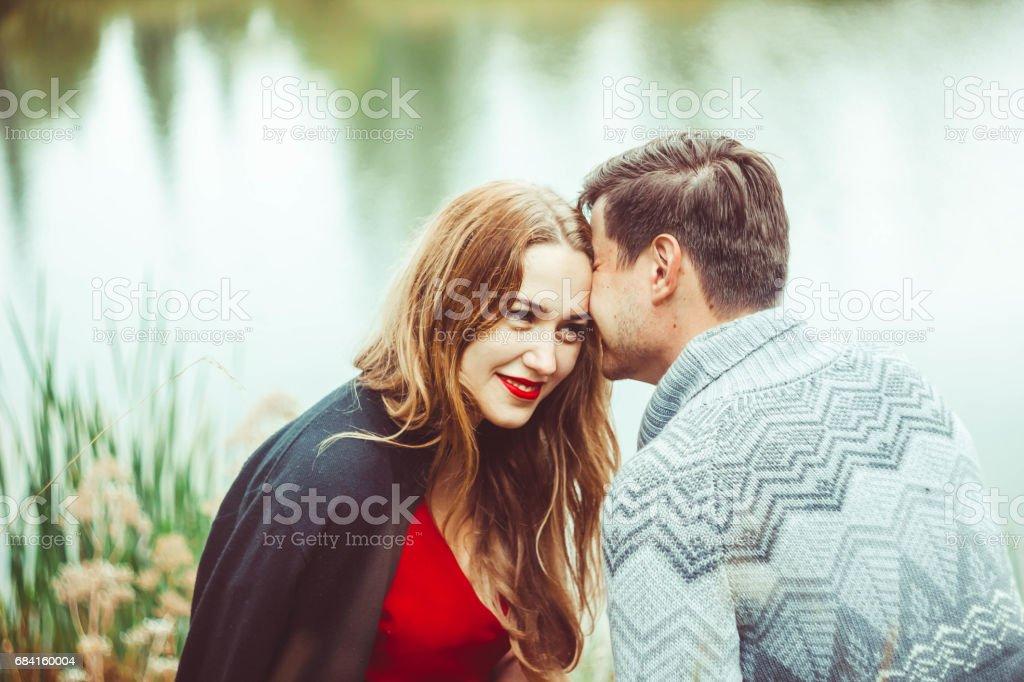 Het echtpaar zit aan het meer royalty free stockfoto