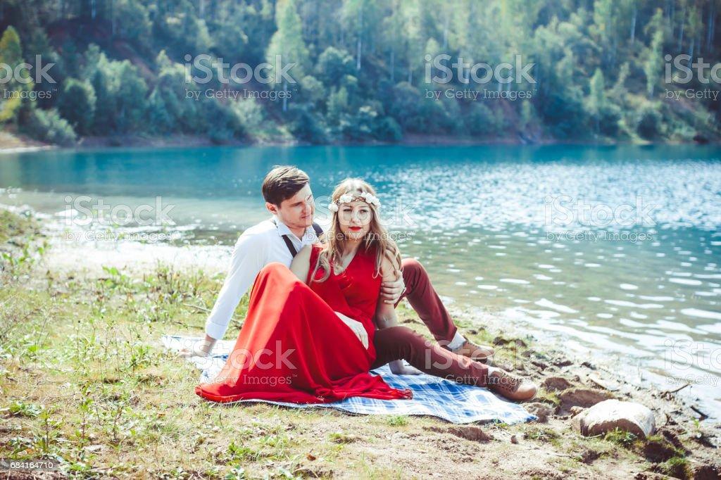 Le couple est assis au bord du lac photo libre de droits
