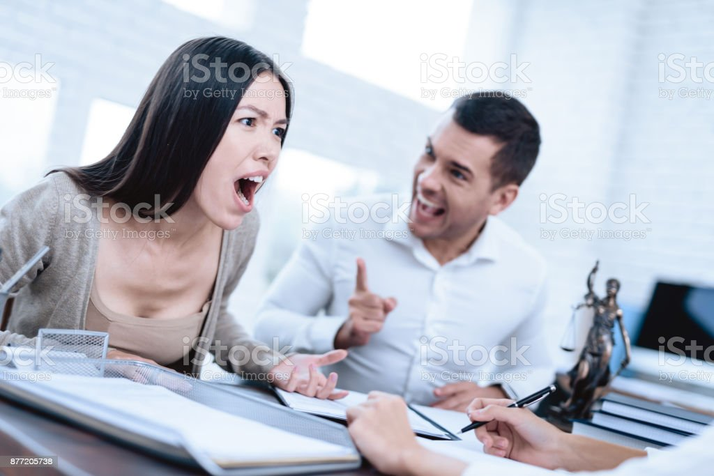 The couple went to a lawyer to conclude an agreement on the divorce....