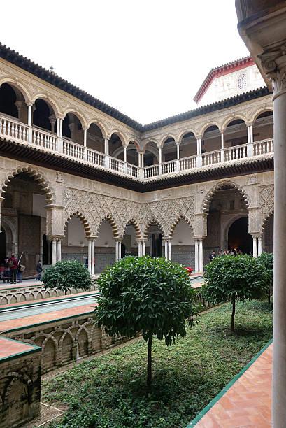 El patio del Doncellas, hermoso patio interno abierto de Alcázar de Sevilla - foto de stock