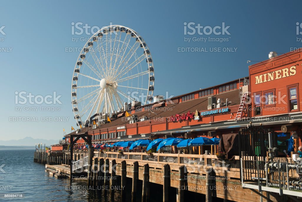 The Crab Pot Restaurant and Bar with Seattle Great Wheel at Pier 57 stock photo