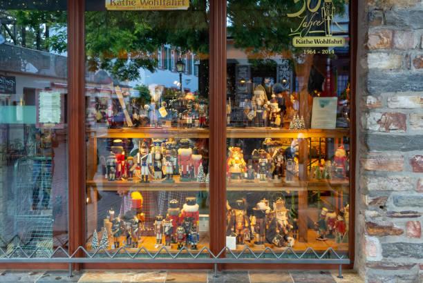 die schaufensteransicht des handwerksladens in rudesheim (rüdesheim am rhein) - jugendherberge rheinland pfalz stock-fotos und bilder