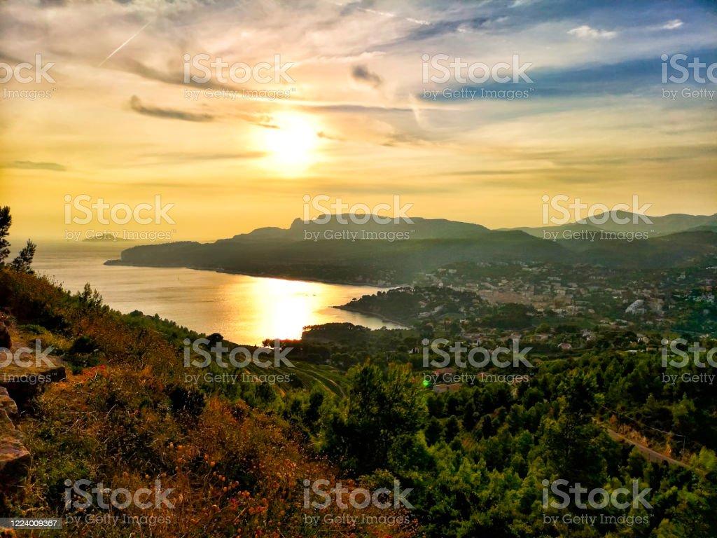 The creeks of the city of Cassis seen from the crest road - Royalty-free Bay of Water Stock Photo
