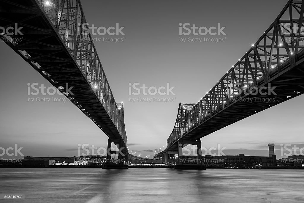The Crescent City Connection Bridge on the Mississippi river foto royalty-free