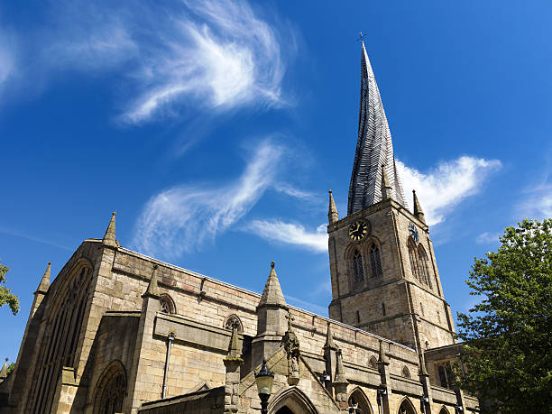 "the ""crooked spire"", saint mary and all saints, chesterfield, uk - torenspits stockfoto's en -beelden"