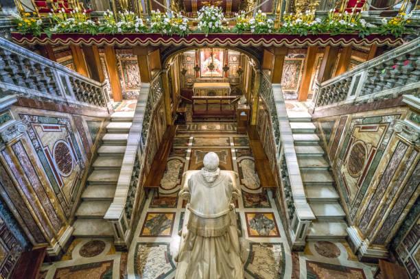 die krypta mit der statue von pio ix. in der basilika santa maria maggiore in rom, italien. - römisch 6 stock-fotos und bilder