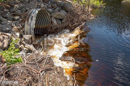 détail d'un tuyau servant à l'évacuation de l'eau sur un chemin forestier