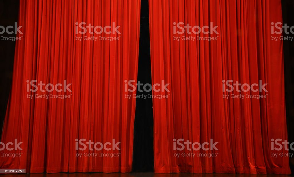 the curtain opens, the show is about to begin - Foto stock royalty-free di Aperto