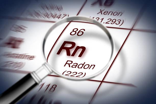 het gevaar van radongas - concept afbeelding met periodiek systeem der elementen en vergrootglas - radon test stockfoto's en -beelden