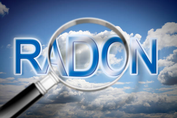 het gevaar van radongas - concept afbeelding met sky, tekst en vergrootglas - radon test stockfoto's en -beelden