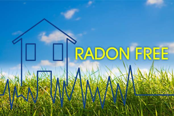 het gevaar van radon gas in onze huizen - radon gratis concept beeld met check-up grafiek over radon lucht testen - radon test stockfoto's en -beelden