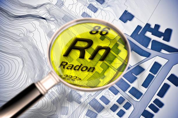 de gevaarlijke radioactieve radongas in onze steden - concept afbeelding met periodieke tabel van elementen, vergrootglas lens en stad kaart op achtergrond - radon test stockfoto's en -beelden