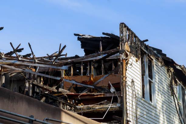 dagen efter branden villabrand i staden ruinerna av huset efter stor katastrof- - brand sotiga fönster bildbanksfoton och bilder