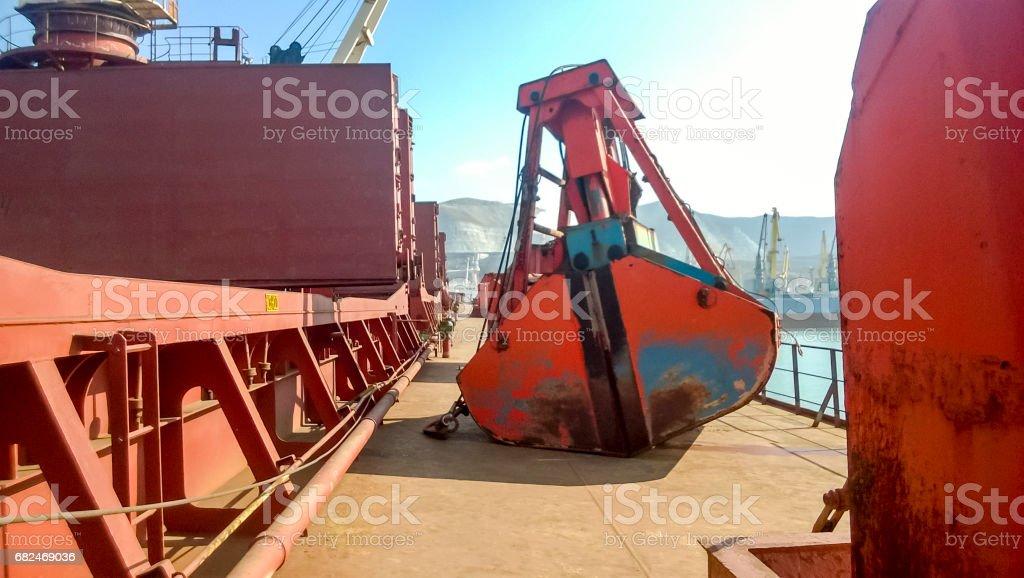 Das Deck des Schiffes auf dem Kran die Pfanne der Ladefläche l Lizenzfreies stock-foto