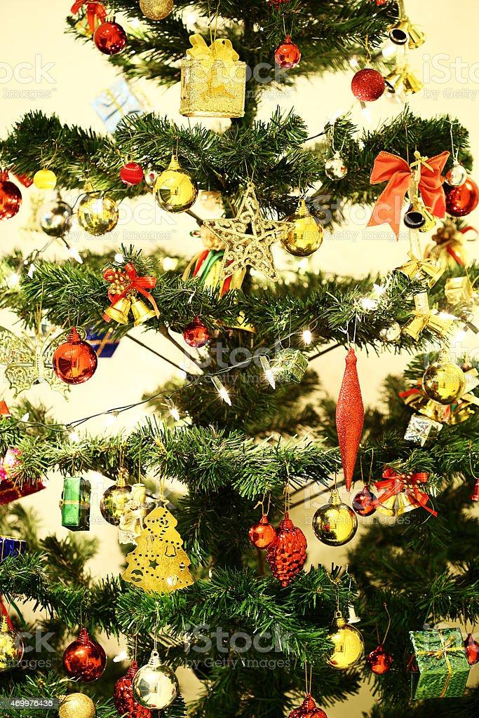 Decorar El árbol De Navidad De Celebración Foto De Stock Y Más Banco