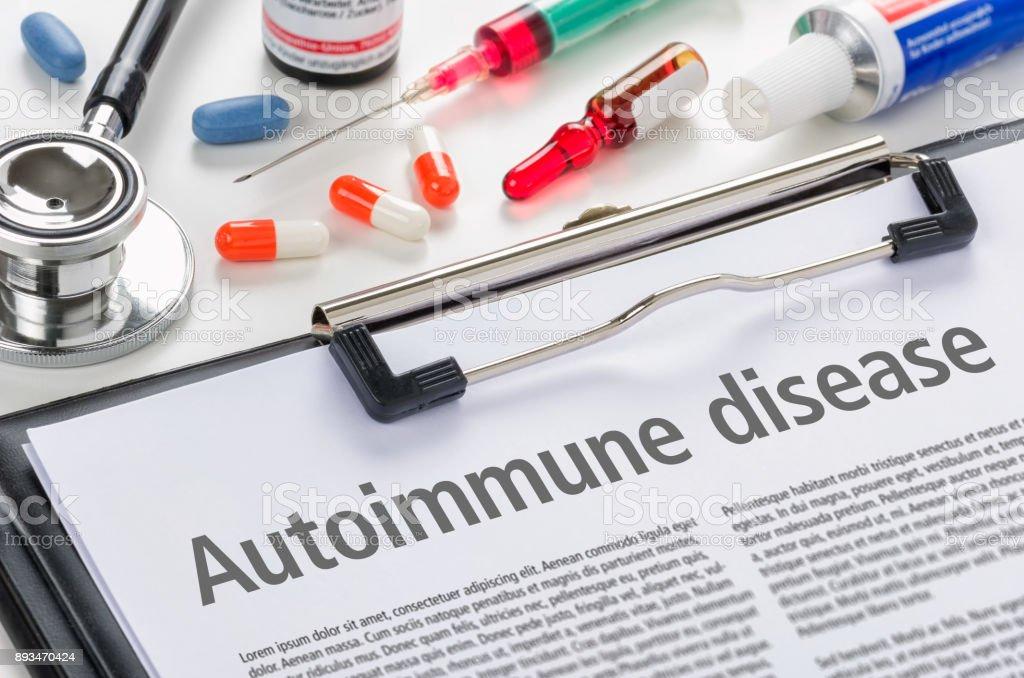 Die Diagnose Autoimmunerkrankung geschrieben auf einem Klemmbrett – Foto