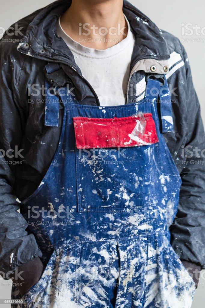Die schmutzigen Uniform oder Boilersuit - ist Arbeit Kleidung der Anstreicher im Haus unter Bau, Umbau, Renovierung, Erweiterung, Instandsetzung, Restaurierung und Rekonstruktion – Foto