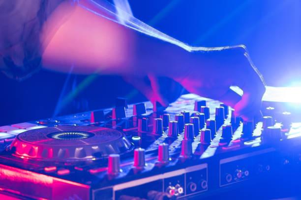 el dj consola cd mp4 deejay mezcla escritorio ibiza música fiesta en discoteca con luces de discoteca colores. - mp4 fotografías e imágenes de stock