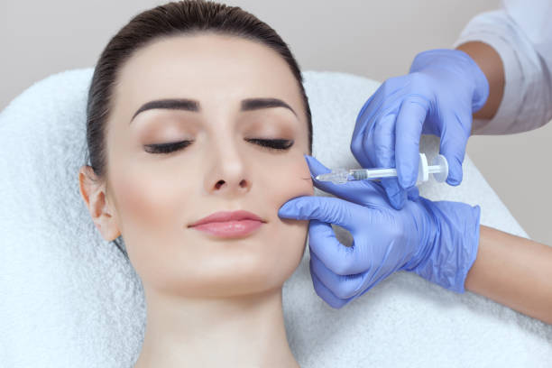 Der Arzt Kosmetologe macht die Verjüngung Gesichtsspritzen Verfahren zur Straffung und Glättung Falten auf der Gesichtshaut – Foto
