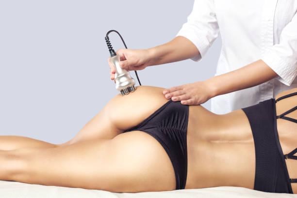 Der Arzt macht das Rf-Lifting-Verfahren an den Beinen, Gesäß und Hüften einer Frau in einem Schönheitssalon. – Foto