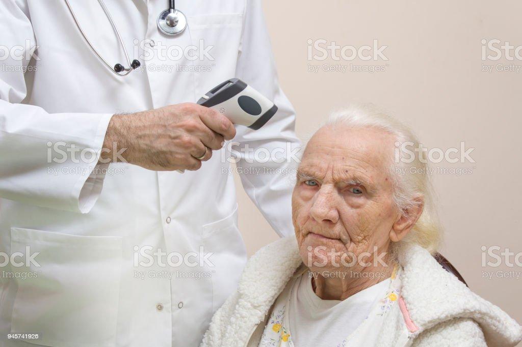De Dokter In Een Witte Jas Meet De Temperatuur Met Een Thermometer