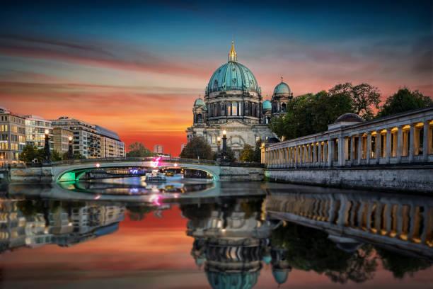 die kuppel von berlin, deutschland - brücke museum berlin stock-fotos und bilder