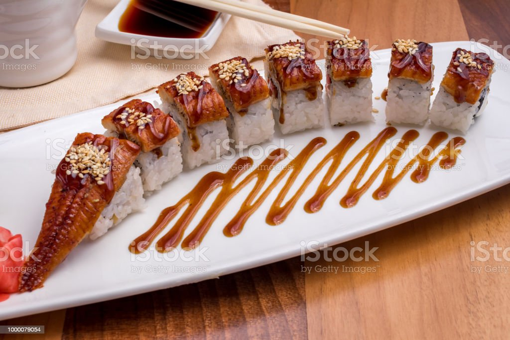 Le dragon roll avec anguille - Photo