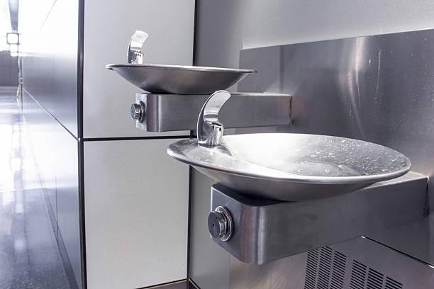 die trinkwasserspender - indoor wasserbrunnen stock-fotos und bilder