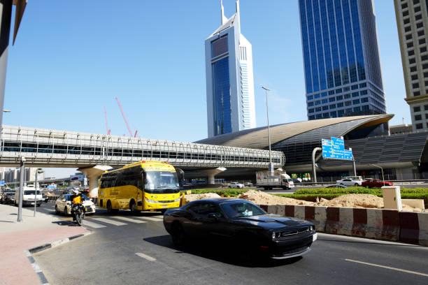 Der Autoverkehr in Dubai befindet sich in der Nähe der U-Bahn-Station Dubai und der Emirates Towers. – Foto