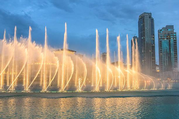 la fontaine de dubaï - fontaine photos et images de collection