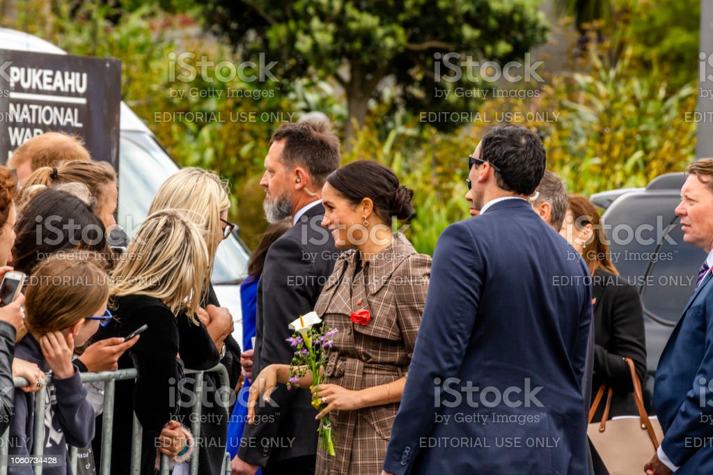 The Duchess of Sussex chats with a members of the crowd at the Wellington War Memorial in New Zealand. - Foto stock royalty-free di Ambientazione esterna