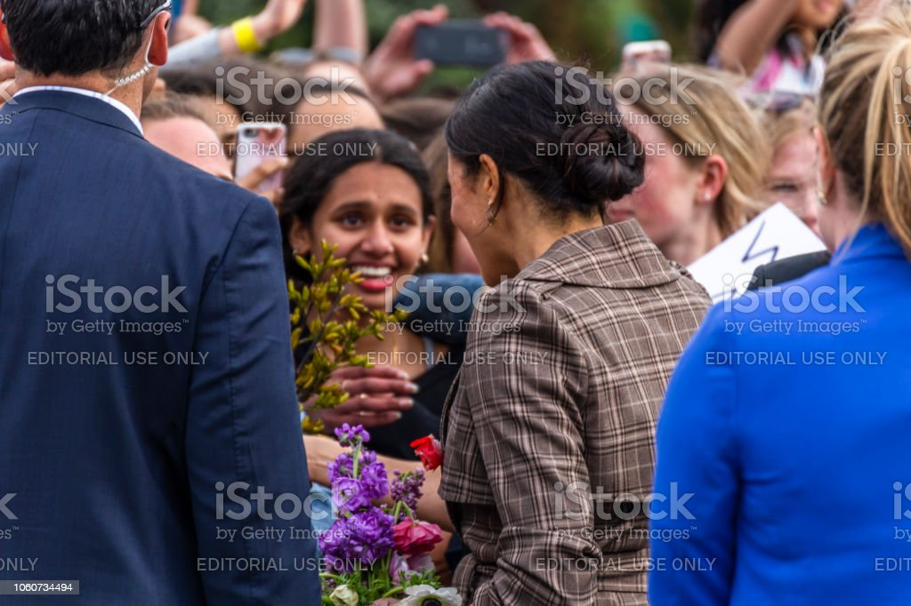 The Duchess of Sussex chats with a members of the crowd at the Wellington War Memorial in New Zealand. - Стоковые фото Meghan - Duchess of Sussex роялти-фри