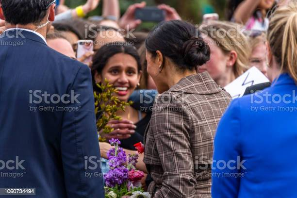 The Duchess Of Sussex Chats With A Members Of The Crowd At The Wellington War Memorial In New Zealand — стоковые фотографии и другие картинки Meghan - Duchess of Sussex