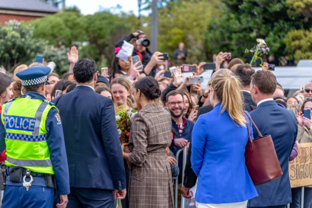 the duchess of sussex chats with a members of the crowd at the wellington war memorial in new zealand. - meghan markle стоковые фото и изображения