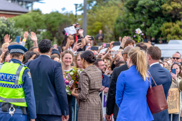 the duchess of sussex chats with a members of the crowd at the wellington war memorial in new zealand. - meghan markle zdjęcia i obrazy z banku zdjęć