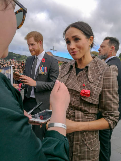 the duke and duchess of sussex chat with members of the crowd at the wellington war memorial in new zealand. - principe persona nobile foto e immagini stock