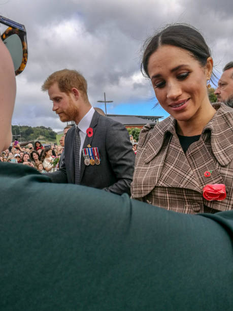 the duke and duchess of sussex chat with members of the crowd at the wellington war memorial in new zealand. - meghan markle zdjęcia i obrazy z banku zdjęć